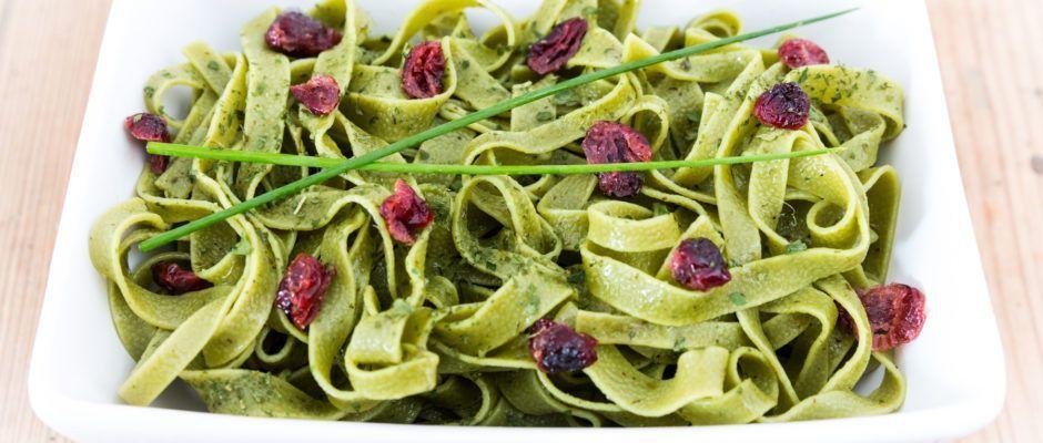 Salade de tagliatelles à la spiruline et aux cranberries séchées
