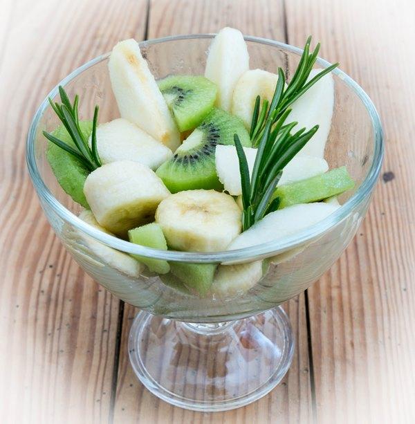 Salade fruits de poires, bananes et kiwis
