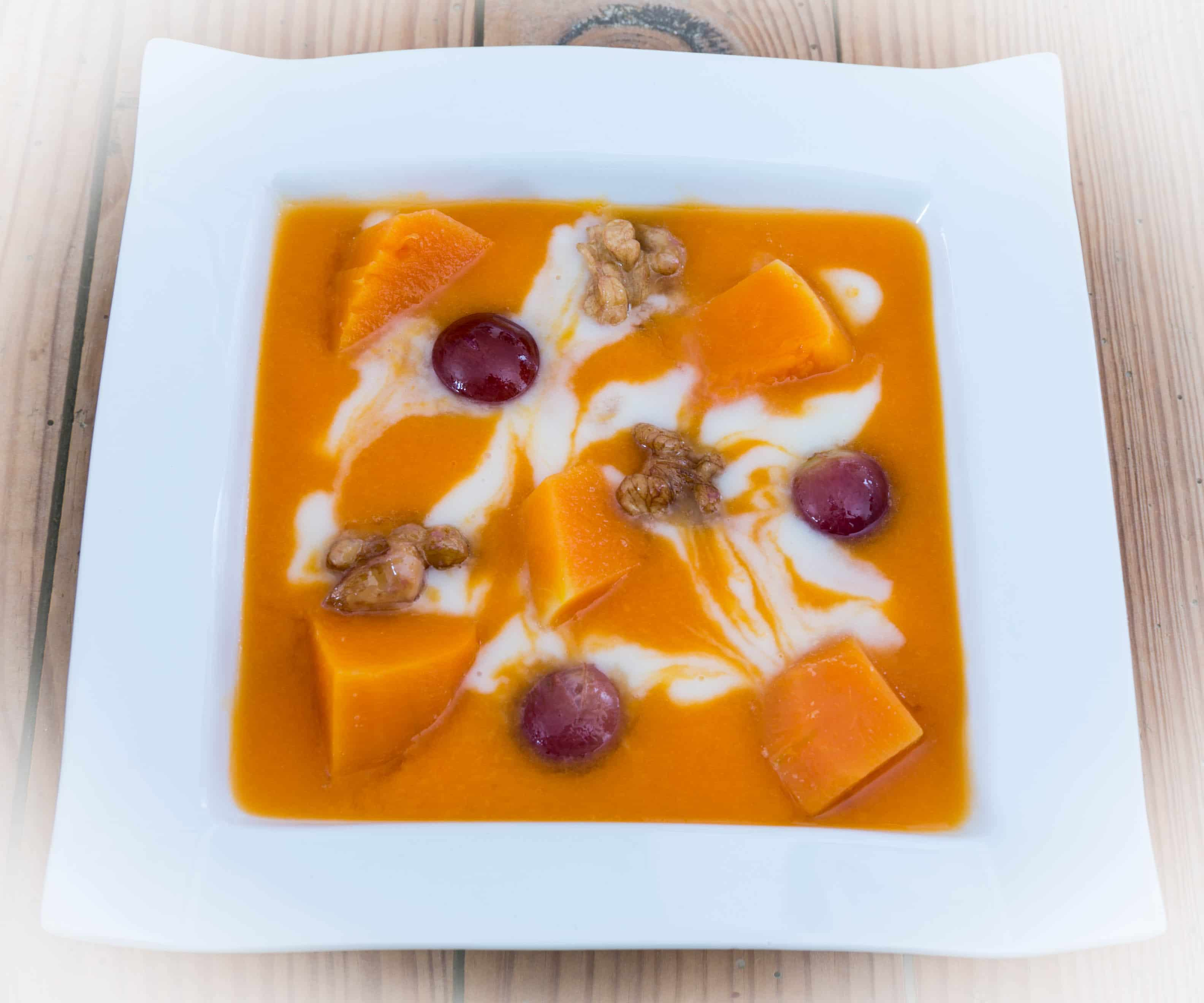 Soupe marbrée de potiron, céleri,  raisins et noix au beurre salé